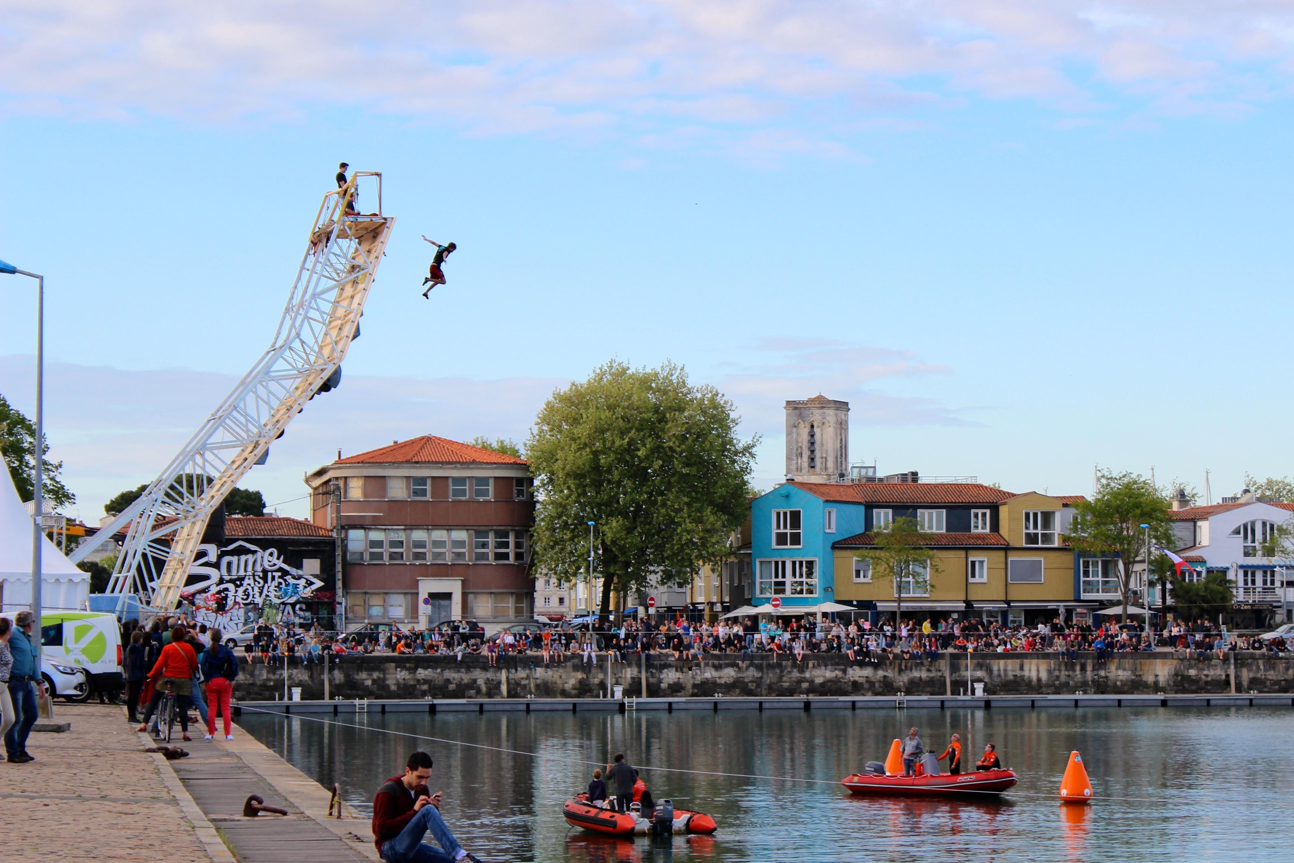 Les sélections ont commencé vendredi 24 avril à la salle de Bloc, The Roof, pour départager les grimpeurs les plus performants capables de se mesurer à ce monstrueux mur de 15 mètres de hauteur. Appelé psycobloc, cette discipline est une variante de l'escalade de bloc (sans corde) et de falaise (avec corde). Le mur érigé en surplomb du bassin des chalutiers dans le port de La Rochelle, permet à ces athlètes de grimper sans corde sur des hauteurs normalement inaccessible. L'eau, élément omniprésent dans cette ville touristique de Charente maritime, en France, a essuyé les plongeons des victorieux compétiteurs. C'est Gérome Pouvreau, natif de La Rochelle qui a remporté le trophée chez les hommes, accompagné par Florence Pinet victorieuse de la compétition femme. Cette session d'escalade en bord de mer se termine ce dimanche 26 Avril 20015, coup d'envoi de la caravane Petzel pour un road trip des meilleurs spots Français. Cette rencontre sportive et festive nous aura aussi fait découvrir la discipline de JumpLine, style de freestyle sur slackline, qui, à en croire les commentateurs pourrait bien finir prochainement au XGames !!